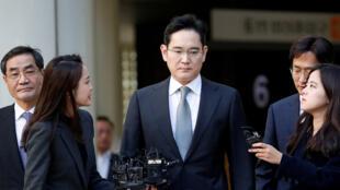 جاي واي. لي نائب رئيس سامسونغ يخرج من المحكمة في سول