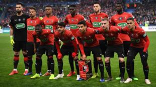 لاعبو رين يشاهدون قبل بدء المباراة النهائية لكأس فرنسا لكرة القدم بين رين وباريس سان جيرمان  في 27 أبريل 2019 في ملعب فرنسا في سان دينيس خارج باريس.