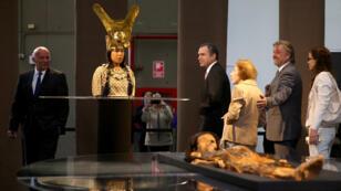 """مومياء السيدة """" كاو"""" وتمثال لوجهها بعد إعادة التشكيل باستخدام طابعة ثلاثية الأبعاد، البيرو"""