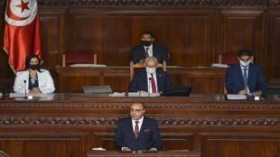 رئيس وزراء تونس هشام المشيشي يلقي كلمة  في البرلمان قبل البدء في التصويت على منح الثقة لحكومته الجديدة من عدمه يوم 1 سبتمبر 2020