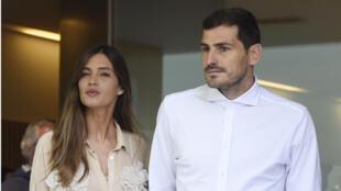 حارس مرمى نادي بورتو الإسباني إيكر كاسياس يغادر المستشفى مع زوجته سارة كاربونيرو في بورتو في 6 مايو 2019 بعد شفائه من أزمة قلبية