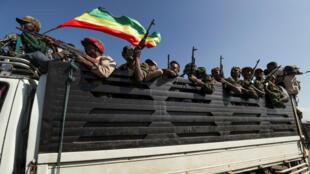 مقاتلون إثيوبيون يتوجهود إلى جبهة القتال مع متمردي تيغراي