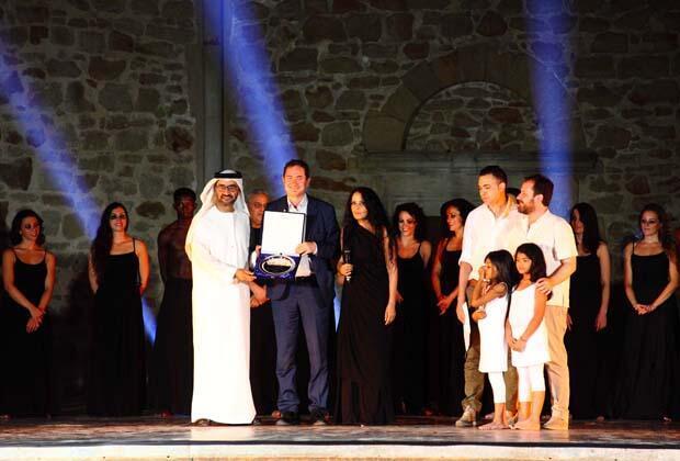 تكريم الشاعر الإماراتي خالد الظنحاني مع رئيسة  جمعية الصباح الثقافية المخرجة ومصممة الرقص الجزائرية صباح بن زيادي