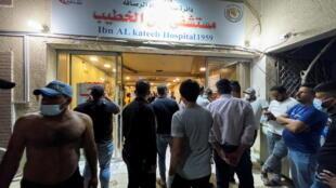 من أمام مستشفى ابن الخطيب في العراق الذي اندلع فيه حريق أودى بحياة أكثر من 80 مقيما