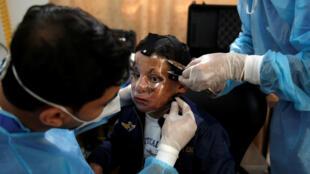 تركيب قناع ثلاثي الأبعاد للطفل الفلسطيني أحمد الديب في قطاع غزة