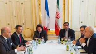 فابيوس مع وزير الخارجية الإيراني خلال مفاوضات فيينا أواخر حزيران 2015