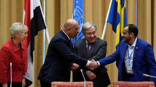 رئيس الوفد الحوثي محمد عبد السلام (يمين) ووزير الخارجية اليمني خالد اليمان يتصافحان إلى جانب الأمين العام للأمم المتحدة أنطونيو غوتيريس ووزيرة الخارجية السويدية مارغوت وولستروم خلال محادثات السلام حول اليمن يوم 13 ديسمبر