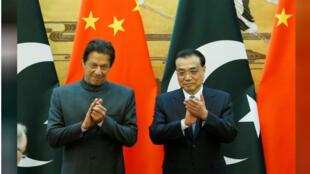 رئيس الوزراء الباكستاني عمران خان مع نظيره الصيني لي كه تشيانغ خلال مراسم توقيع اتفافيات في بكين