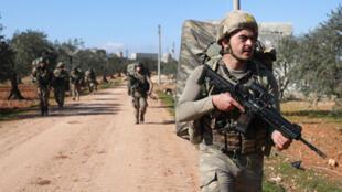 جنود أتراك بالقرب من قرية النيرب جنوب شرق مدينة إدلب يوم 20 فبراير/شباط 2020