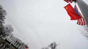 الأعلام الصينية والأمريكية أمام البيت الأبيض في يناير 2011
