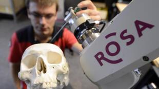 مهندس فرنسي يعمل على تطوير أجهزة طبية للتحكم عن بعد