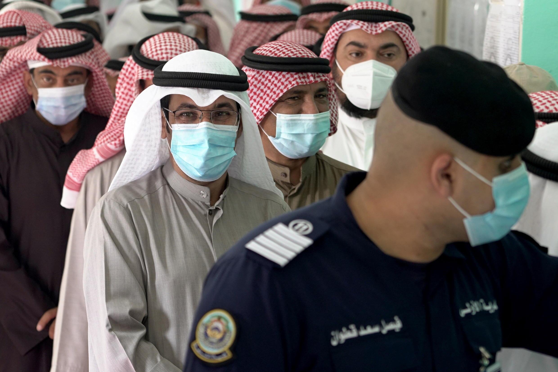 مواطنون كويتيون يدلون بأصواتهم في الانتخابات التشريعية
