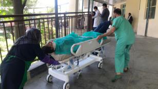 المسعفون في إحدى مستشفيات كابول ينقلون جريحة نتيجة الانفجار