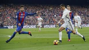 رونالدو أمام مدافع برشلونة جيرار بيكيه في المباراة الاخيرة التي جمعت الفريقين يوم 3 ديسمبر 2016