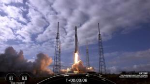 """تُظهر الصورة الملتقطة بإطار فيديو من """"سبيس إكس""""، والتي تم الحصول عليها في 24 يناير 2021، إقلاع سبيس إكس فالكون 9 في كيب كانافيرال، فلوريدا."""