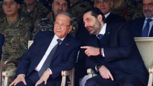 الرئيس اللبناني ميشال عون (يسار) بجانب رئيس الوزراء المستقيل سعد الحريري في عيد الاستقلال الوطني