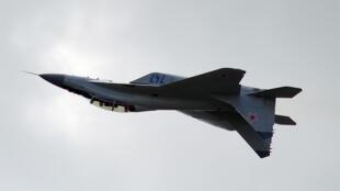 طائرة حربية روسية تناور في السماء
