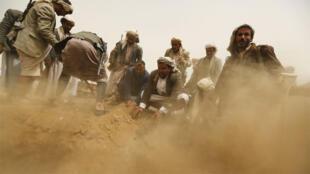 مقاتلون حوثيون يدفنون رفقاء لهم  قتلوا في محافظة أبين.