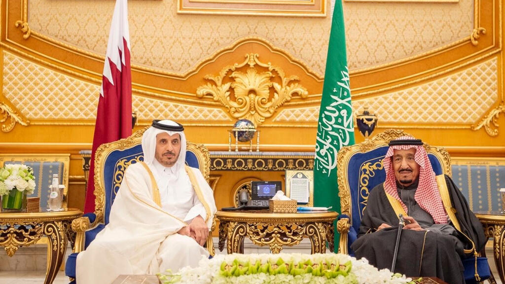 العاهل السعودي الملك سلمان بن عبد العزيز آل سعود يلتقي رئيس وزراء قطر  خلال القمة الأربعين لمجلس التعاون الخليجي في الرياض.