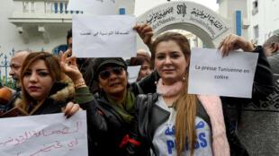 صحافيون تونسيون يحتجون أمام مفر نقابتهم بتونس العاصمة ( صورة أرسيفية)