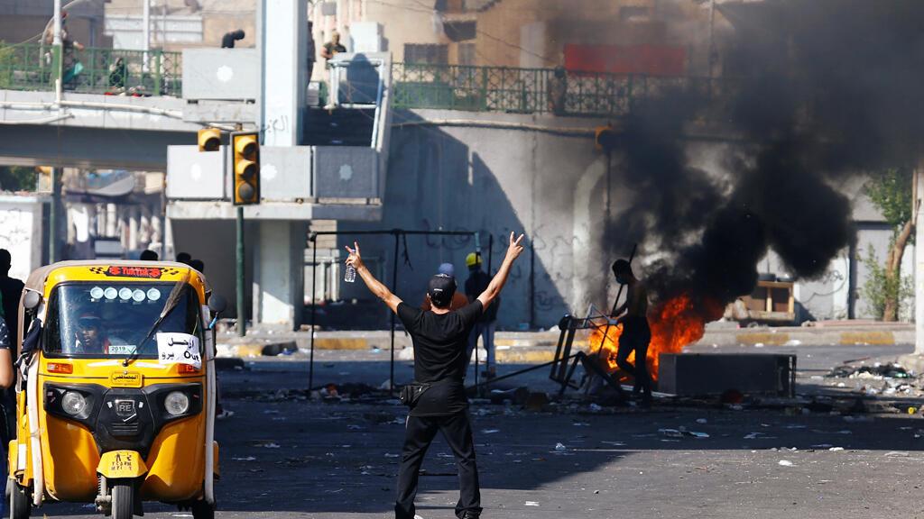 متظاهر خلال الاحتجاجات المستمرة المناهضة للحكومة في بغداد