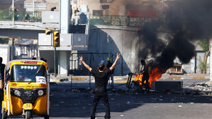 إمتظاهر خلال الاحتجاجات المستمرة المناهضة للحكومة في بغداد-