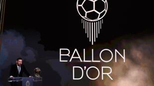 ليونيل ميسي يحتفل يوم 2 ديسمير 2019 على مسرح الشاتليه بباريس بفوزه بالكرة الذهبية من مجلة فرانس فوتبال