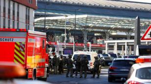 انتشار الشرطة أمام محطة القطار في المانيا