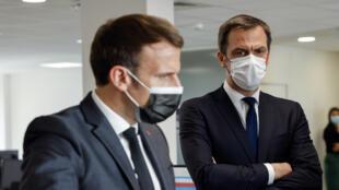 الرئيس الفرنسي إيمانويل ماكرون ووزير الصحة أوليفييه فيران