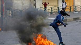 محتجون شبان ضد قوات الاحتلال الإسرائيلي في الضفة الغربية