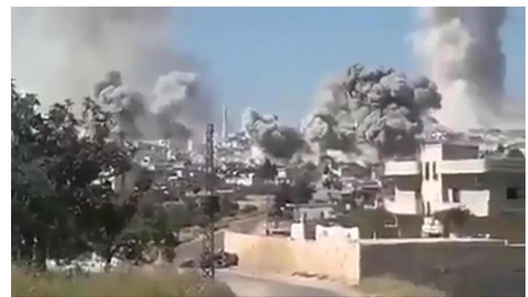 الدخان يتصاعد في المباني ، في مكان يُفترض أن يكون معرة حرمة ، في محافظة إدلب ، سوريا