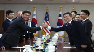 وزير الدفاع الأمريكي مارك إسبر (إلى اليسار) يصافح نظيره الكوري الجنوبي جيونج كيونج-دو خلال جلسة محادثات
