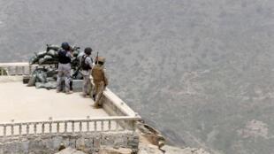 جنود من الجيش السعودي يتمركزون في مرتفع على الحدود اليمنية السعودية