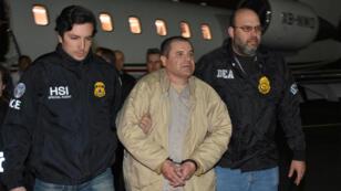 إل تشابو لحظة وصوله الى الولايات المتحدة بعد تسلمه من المكسيك