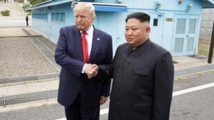 الرئيس الأميركي دونالد ترامب  برفقة زعيمها كيم جونغ