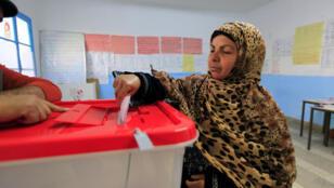 une-Tunisienne-_-bureau-de-