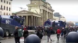 الشرطة الألمانية تشتبك مع محتجين غاضبين من قيود كورونا وتعتقل العشرات قي برلين يوم 18 نوفمبر 2020