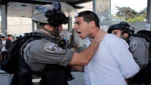 فلسطيني من القدس اثناء اعتقاله من قبل الشرطة الإسرائلية