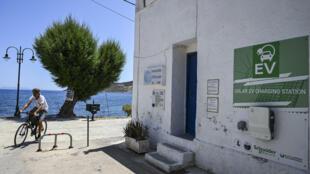 محطة شحن بالطاقة الشمسية للمركبات في جزيرة تيلوس، اليونان، في 22 يونيو 2021.