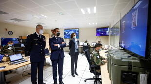 """الرئيس الفرنسي إيمانويل ماكرون ووزيرة الدفاع الفرنسية فلورنس بارلي (على اليمين) يزوران وكالة الفضاء الوطنية الفرنسية (CNES)  حيث تستضيف فرنسا أول تجربة للتوعية بأوضاع الفضاء في أوروبا ، والتي تحمل الاسم الرمزي """"أستريكس 2021"""" ، في تولوز، جنوب فرنسا في 12 مارس 2021"""