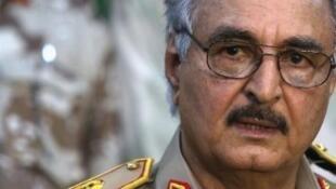 القائد العسكري في شرق ليبيا خليفة حفتر-