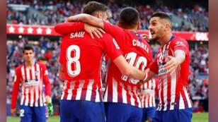 لاعبون من أتليتيكو مدريد يحتفلون في مباراة أمام ريال بلد الوليد بدوري الدرجة الأولى الإسباني لكرة القدم يوم السبت