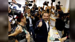 / رئيس الوزراء اللبناني سعد الحريري يشير باصبعه بعد الادلاء بصوته في الانتخابات البرلمانية في بيروت