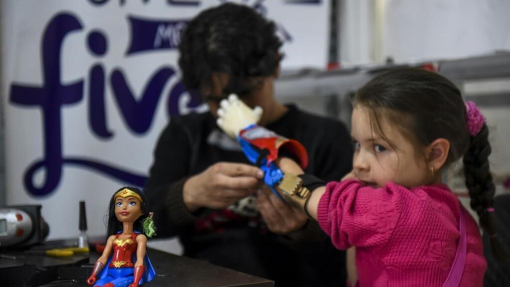 """الطفلة شايو نوفاس بعد تركيب طرف اصطناعي لها من قبل شركة """"فابريلاب"""""""