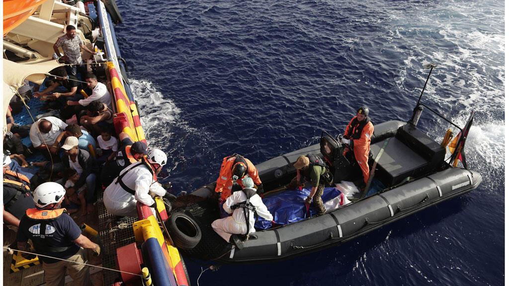 الصليب الأحمر ينقذ مهاجرين بعد غرق زورقهم قبالة الشواطئ الإيطالية ( 18-08-2016)
