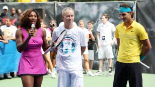 جون ماكنرو يتوسط سيرينا ويليامس و رافائيل نادال خلال مباراة استعراضية في نيويرك عام 2009