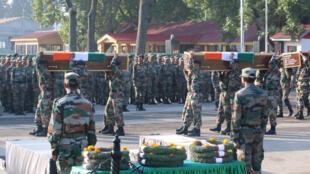 جنود هنود في جنازة زملاء لهم قضوا يوم 19 أيلول ـ سبتمبر 2016 في هجوم لمتمردين قادمين من باكستان