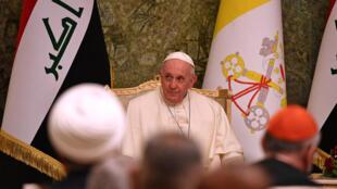 يحضر البابا فرانسيس اجتماعا في القصر الرئاسي العراقي ببغداد في 5 مارس 2021 في أول زيارة للعراق.