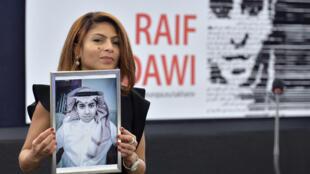 زوجة رائف بدوي تحمل صورته