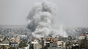 دخان يتصاعد عقب غارة جوية على قطاع غزة يوم الأحد